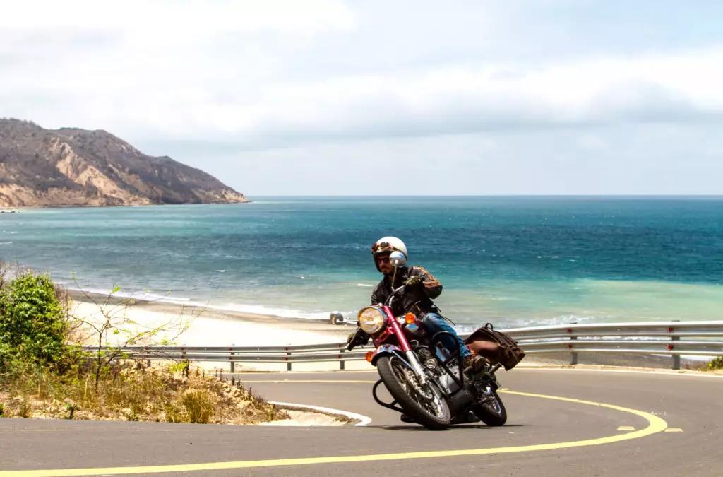 Plongez dans l'Océan Pacifique au guidon d'une moto de légende
