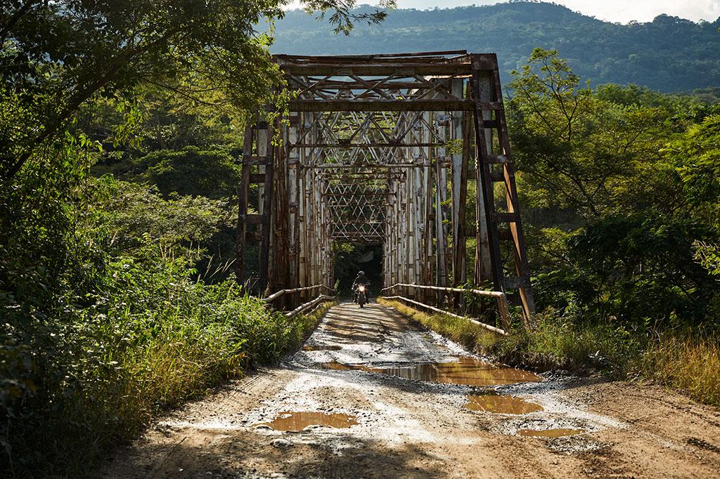 Pont métallique qui traverse la rivière Chicamocha