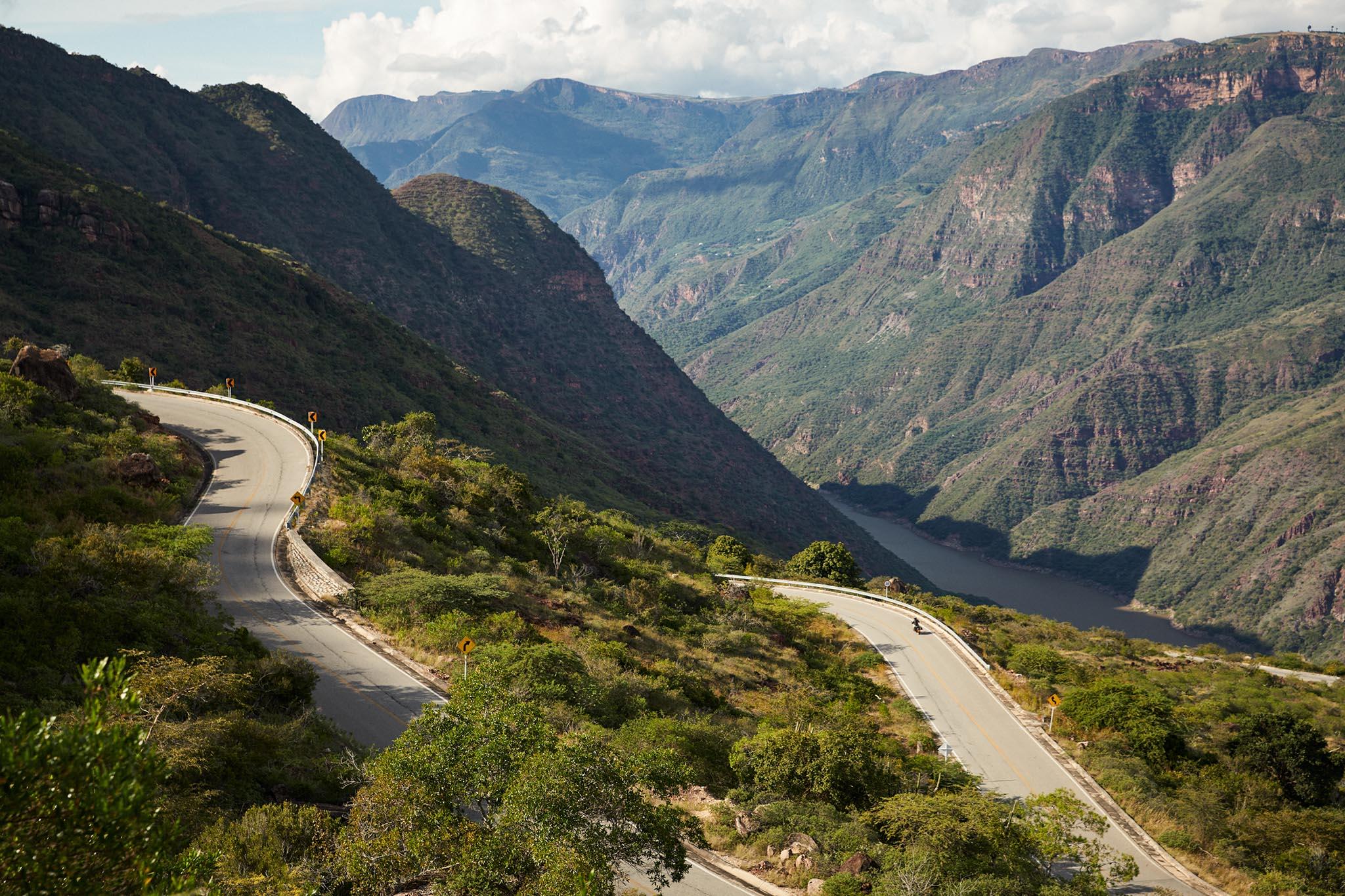 Route sinueuse dans les entrailles du canyon Chicamocha