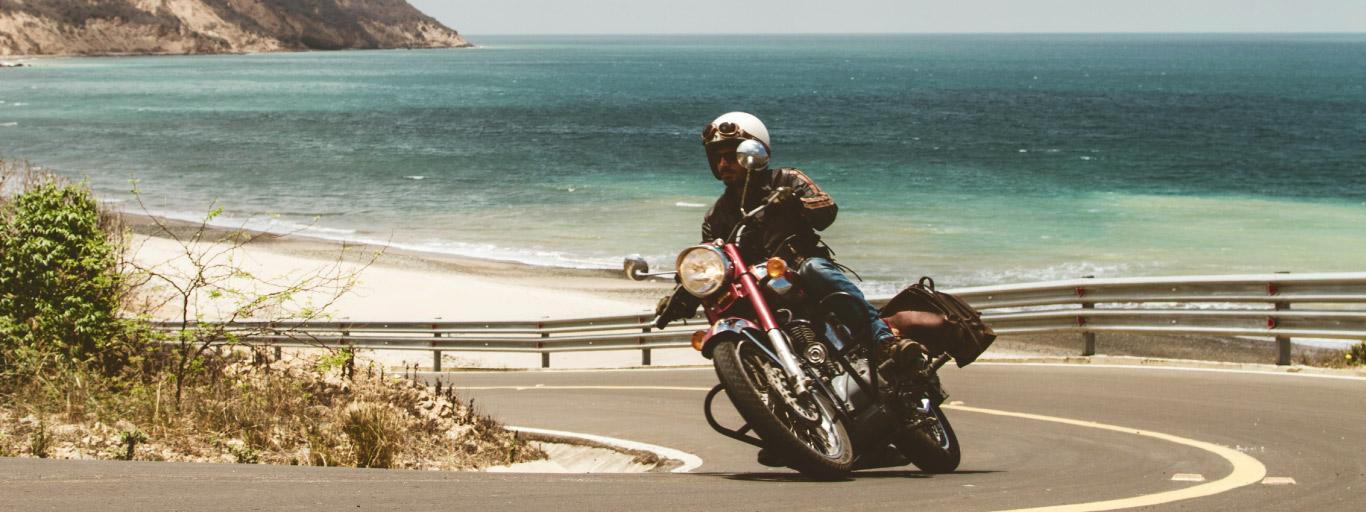 Yves guide moto Mono 500 en Equateur