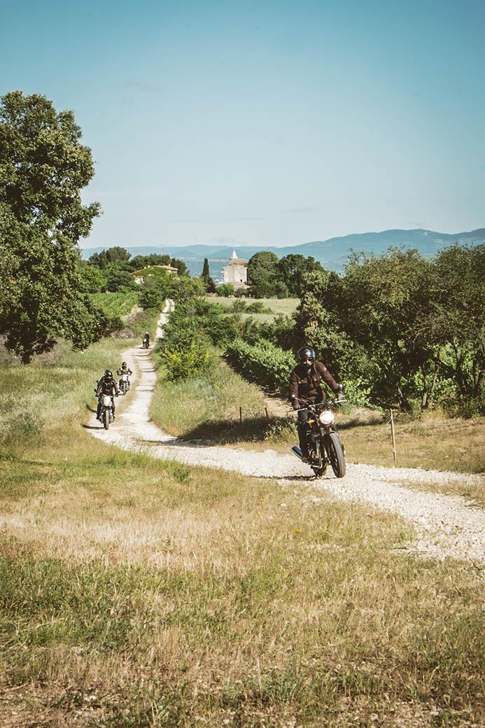 Un relai motard dans les vignes en Occitanie