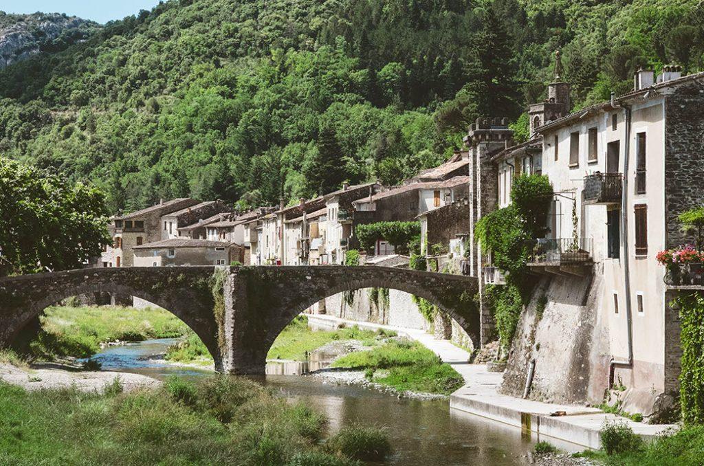 Road trip moto Village medieval en Occitanie